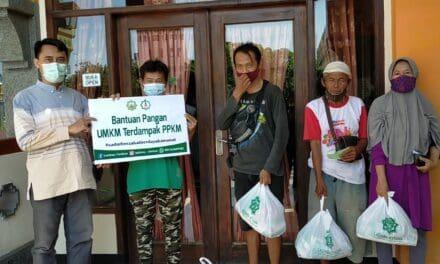 Bantu Warga Terdampak PPKM. LAZISWA At-taqwa Salurkan Sembako Kepada Pedagang Di Sekitar Alun-alun Kejaksan